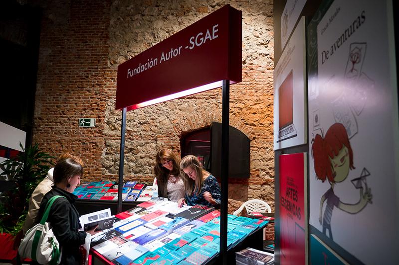 Ante el mostrador de la Fundación Autor, en el XIV Salón Internacional del Libro Teatral. (18-X-2013).