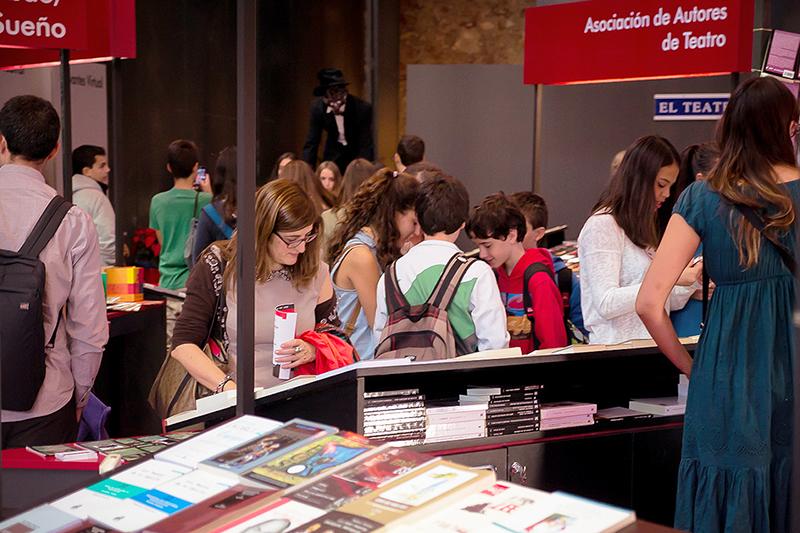 Visita de alumnos de distintos institutos al XIV Salón Internacional del Libro Teatral. (18-X-2013).