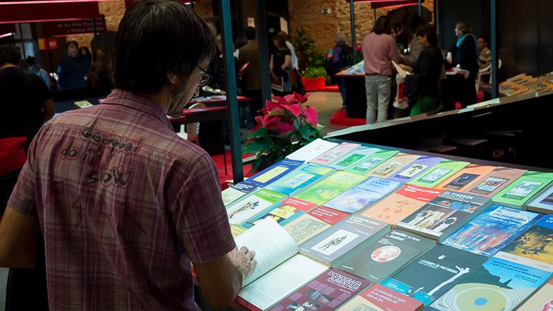 Ante el mostrador de la editorial Fundamentos, en el XIV Salón Internacional del Libro Teatral. (17-X-2013).